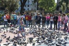Παιδιά σχολείου που παίζουν στη Βαρκελώνη στοκ εικόνες