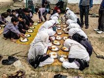 Παιδιά σχολείου που παίρνουν τα γεύματα στην Ινδία Στοκ εικόνα με δικαίωμα ελεύθερης χρήσης