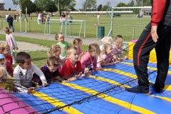 Παιδιά σχολείου την αθλητική ημέρα στοκ εικόνα