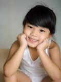 Παιδιά της Ασίας πορτρέτου που αισθάνονται ευτυχή του σχολικού κοριτσιού Στοκ Εικόνες