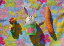 Παιδιά χειροποίητα: Λαγουδάκι Πάσχας με τα λουλούδια και το καρότο Στοκ Φωτογραφίες