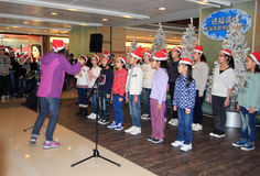Παιδιά Χριστουγέννων που τραγουδούν το γεγονός σε Telford Plaza Στοκ Φωτογραφίες