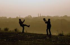Παιδιά λόφων της Misty που παίζουν τη σφαίρα Στοκ Εικόνες