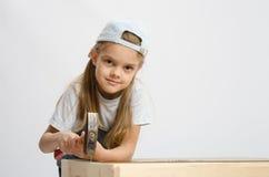 Παιδική εργασία στα καρφιά σφυριών τάξεων με ένα σφυρί Στοκ εικόνες με δικαίωμα ελεύθερης χρήσης