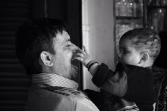 Παιδική ηλικία αγάπης πατρότητας Στοκ φωτογραφία με δικαίωμα ελεύθερης χρήσης