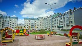 Παιδική χαρά παιδικών σταθμών με το παιχνίδι παιδιών στην ημέρα φιλμ μικρού μήκους