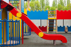 Παιδική χαρά παιδιών με τη φωτογραφική διαφάνεια Ζωηρόχρωμη περιοχή παιδιών ` s σύγχρονη παιδική χαρά πάρκων παιδιών Στοκ Φωτογραφία