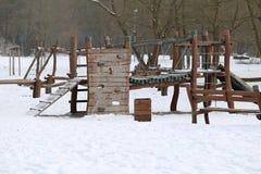 Παιδική χαρά παιδιών στο χειμερινό φυσικό δασικό πάρκο Στοκ Εικόνες