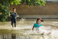 Παιδιών σε ένα πλημμυρισμένο τετράγωνο Στοκ Εικόνες