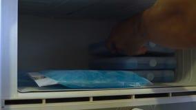 Πακέτα πάγου στον ψυκτήρα απόθεμα βίντεο