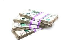 Πακέτα των χρημάτων που απομονώνονται στο άσπρο υπόβαθρο στοκ φωτογραφία