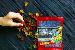 Πακέτο ζελατίνας Haribo στο σκοτεινό ξύλινο πίνακα Το Haribo είναι γερμανική επιχείρηση βιομηχανιών ζαχαρωδών προϊόντων στοκ φωτογραφίες με δικαίωμα ελεύθερης χρήσης