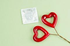 πακέτο και καρδιές προφυλακτικών στοκ εικόνα με δικαίωμα ελεύθερης χρήσης