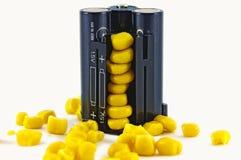 Πακέτο μπαταριών με τα κίτρινα σιτάρια του καλαμποκιού Στοκ φωτογραφία με δικαίωμα ελεύθερης χρήσης