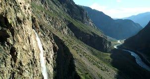 Πακιστάν: Κορυφογραμμή βουνών με ένα στρώμα του ρεύματος χιονιού στοκ φωτογραφίες
