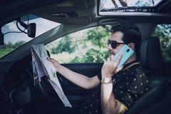 Πακιστανική μουσουλμανική συνεδρίαση ατόμων μέσα στο αυτοκίνητο που φαίνεται χάρτης στοκ εικόνες