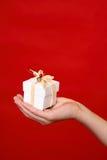 παλάμη χεριών δώρων Στοκ εικόνες με δικαίωμα ελεύθερης χρήσης