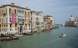 Παλάτια κατά μήκος του μεγάλου καναλιού στη Βενετία Στοκ εικόνες με δικαίωμα ελεύθερης χρήσης
