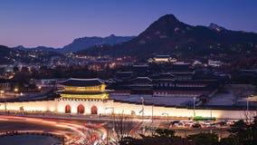 Παλάτι και αυτοκίνητα Gyeongbokgung που περνούν μπροστά από την πύλη Gwanghuamun στη στο κέντρο της πόλης Σεούλ, Νότια Κορέα Όνομ απόθεμα βίντεο