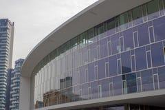 Παλάτι με το λεκιασμένο γυαλί στο σύγχρονο τετράγωνο Στοκ Φωτογραφία