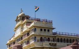 Παλάτι πόλεων του Jaipur με τη σημαία που κυματίζει στον αέρα στοκ εικόνα
