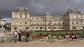 Παλάτι στους λουξεμβούργιους κήπους με τη χαλάρωση επισκεπτών υπαίθρια, Παρίσι απόθεμα βίντεο