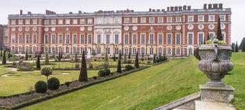 Παλάτι του Hampton Court από τους κήπους Στοκ εικόνα με δικαίωμα ελεύθερης χρήσης