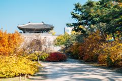 Παλάτι Gyeongbokgung με το σφένδαμνο φθινοπώρου στη Σεούλ, Κορέα στοκ φωτογραφίες