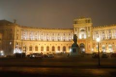 Παλάτι Hofburg το χειμώνα νύχτας υδρονέφωσης της Βιέννης Αυστρία στοκ εικόνα με δικαίωμα ελεύθερης χρήσης