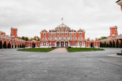 Παλάτι Petroff με τα πλευρικά ημικυκλικά παραρτήματα και το ευρύχωρο μπροστινό εθιμοτυπικό προαύλιο, Μόσχα, Ρωσία Στοκ φωτογραφία με δικαίωμα ελεύθερης χρήσης