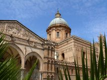 Παλέρμο, Σικελία, Ιταλία 11/04/2010 Πρόσοψη του καθεδρικού ναού στοκ εικόνες