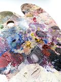 Παλέτα καλλιτεχνών με το μίγμα χρωμάτων πέρα από το άσπρο υπόβαθρο Στοκ Φωτογραφία