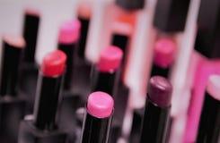 Παλέτα κραγιόν στην προθήκη, το γάμμα του ροζ, το κοράλλι, τα κόκκινα, μ στοκ εικόνες με δικαίωμα ελεύθερης χρήσης