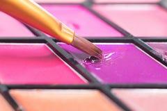 Παλέτα κραγιόν χρώματος, βούρτσα κινηματογραφήσεων σε πρώτο πλάνο καλλυντικά διακοσμητι&kap στοκ εικόνα