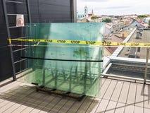 Παλέτα με τα γυαλιά παραθύρων μπροστά από τη νέα κατασκευή στοκ εικόνα