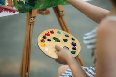 Παλέτα με τα χρώματα και spatula Σχεδιασμός μιας εικόνας στοκ εικόνα με δικαίωμα ελεύθερης χρήσης