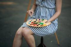 Παλέτα με τα χρώματα και spatula Σχεδιασμός μιας εικόνας στοκ φωτογραφίες
