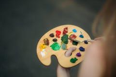 Παλέτα με τα χρώματα και spatula Σχεδιασμός μιας εικόνας στοκ εικόνα