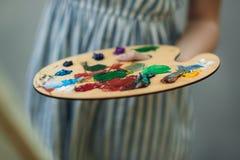 Παλέτα με τα χρώματα και spatula Σχεδιασμός μιας εικόνας στοκ εικόνες