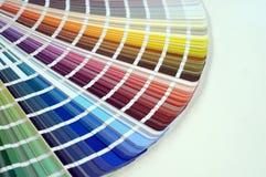 Παλέτα χρώματος με τα διάφορα δείγματα Κατάλογος επιλογής χρωμάτων, κινηματογράφηση σε πρώτο πλάνο, έννοια επισκευής Στοκ Φωτογραφίες