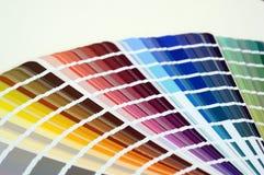 Παλέτα χρώματος με τα διάφορα δείγματα Κατάλογος επιλογής χρωμάτων, κινηματογράφηση σε πρώτο πλάνο, έννοια επισκευής Στοκ Εικόνες