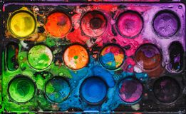Παλέτα Watercolor με τα μικτά χρώματα Στοκ φωτογραφίες με δικαίωμα ελεύθερης χρήσης
