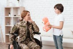 Παλαίμαχος γυναικών στην αναπηρική καρέκλα επιστρεφόμενο σπίτι Ο γιος είναι ευτυχής να δει τη μητέρα του μετά από να επιστρέψει α Στοκ εικόνες με δικαίωμα ελεύθερης χρήσης