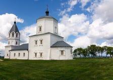 Παλαιά άσπρη εκκλησία πετρών της υπόθεσης στοκ εικόνες