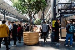 Παλαιά αγορά Spitalfields στο Λονδίνο με τους στάβλους τροφίμων οδών στοκ εικόνα
