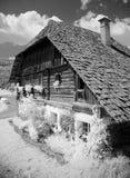 Παλαιά αγροικία με το ξύλινο υπέρυθρο bw βοτσάλων στοκ φωτογραφία με δικαίωμα ελεύθερης χρήσης