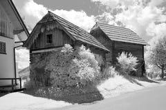 Παλαιά αγροικία με το ξύλινο υπέρυθρο bw βοτσάλων στοκ εικόνες