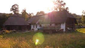 Παλαιά αγροτικά σπίτια, όμορφο προαύλιο Καρπάθια Ουκρανία Του χωριού οικογένεια με το σταύλο και αυτοκίνητο στο μπροστινό ναυπηγε φιλμ μικρού μήκους