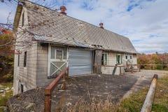 Παλαιά αγροτική εγκαταλειμμένη σιταποθήκη που περιβάλλεται από το φωτεινό φύλλωμα πτώσης Στοκ Εικόνες