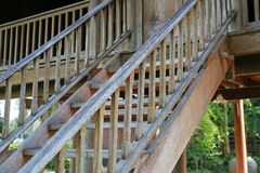 Παλαιά αγροτική ξύλινη σκάλα σε ένα τοπικό ταϊλανδικό χωριό στοκ φωτογραφίες με δικαίωμα ελεύθερης χρήσης